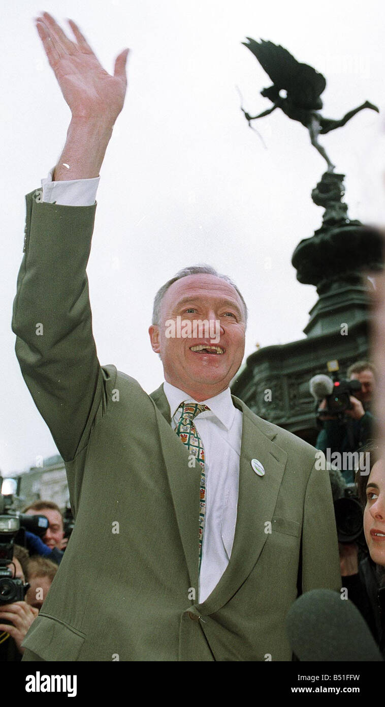 Ken Livingstone Mayor of London Candidate March 2000 waves to crowds gathered in front of statue of Eros at Piccadilly - Stock Image