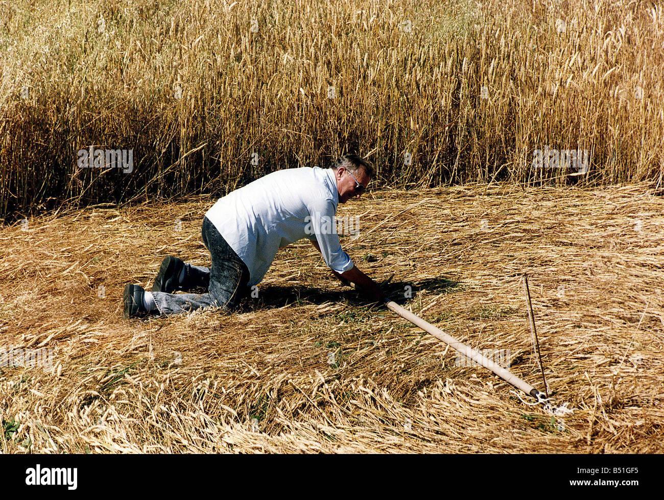 Mysteries Crop Circles fake man making circle - Stock Image