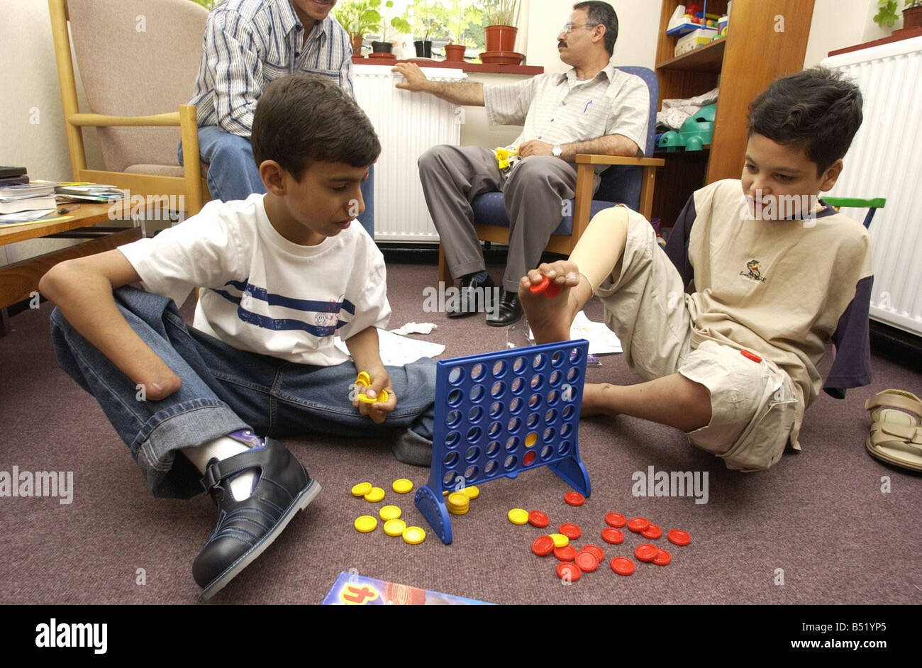 14 year old Ahmed Hamza plays Connect 4 with Ali Abbas 13 at Queen Marys Hospital - Stock Image