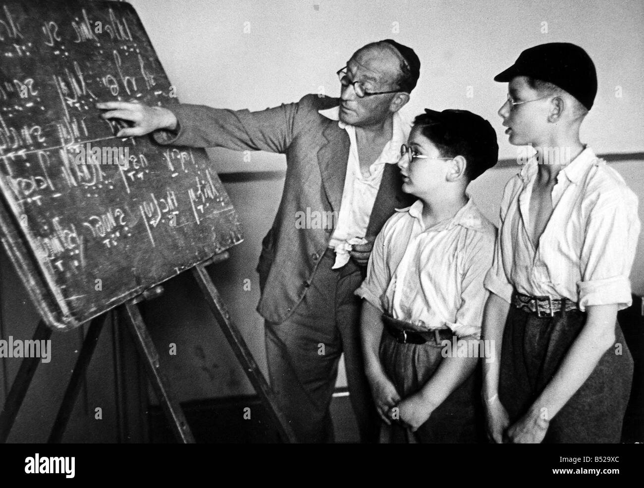 Religion Jew August 1948 In accordance with Jewish religious practice these two pupils at Whitechapel s Talmud Toreh - Stock Image