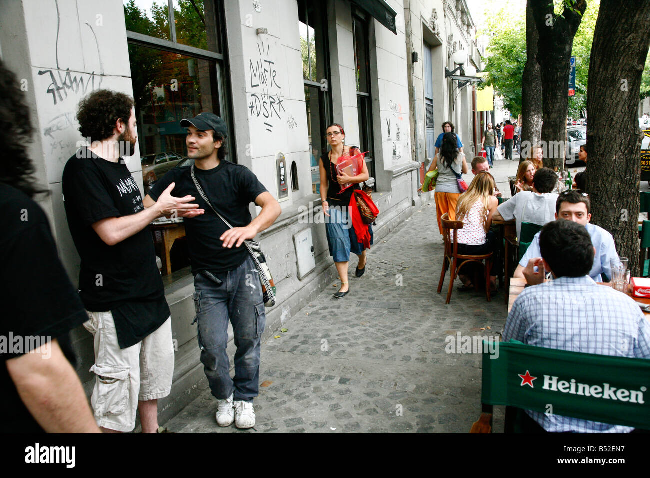 People sitting at an outdoors cafe near plaza Serrano in the trendy area of Palermo Viejo known as Soho Buenos Aires - Stock Image