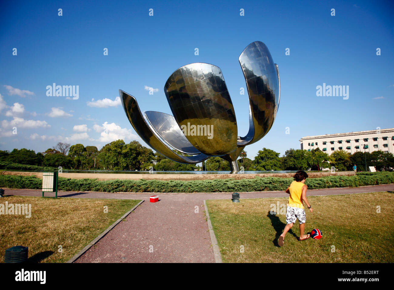 March 2008 - The Floralis Generica sculpture at Plaza Naciones Unidas Buenos Aires Argentina - Stock Image