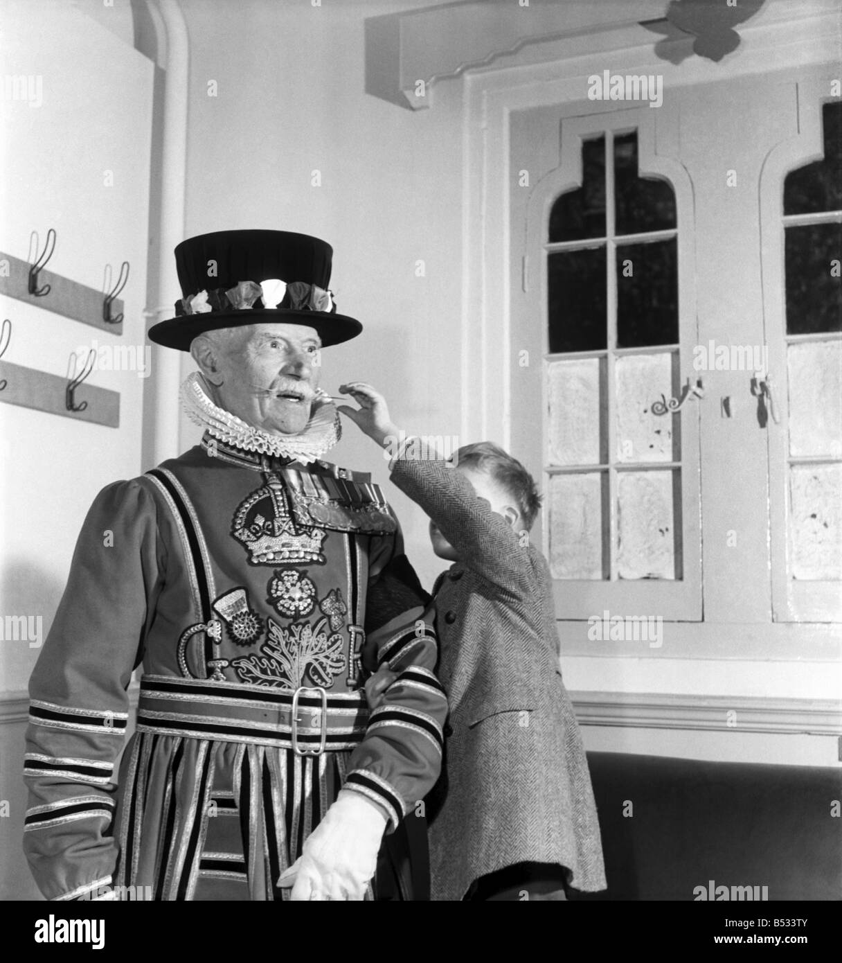 Geoffrey Harcup, aged 4 years with Yeoman Warder David Sprake, 84. Sprake is seen here in the full dress uniform - Stock Image