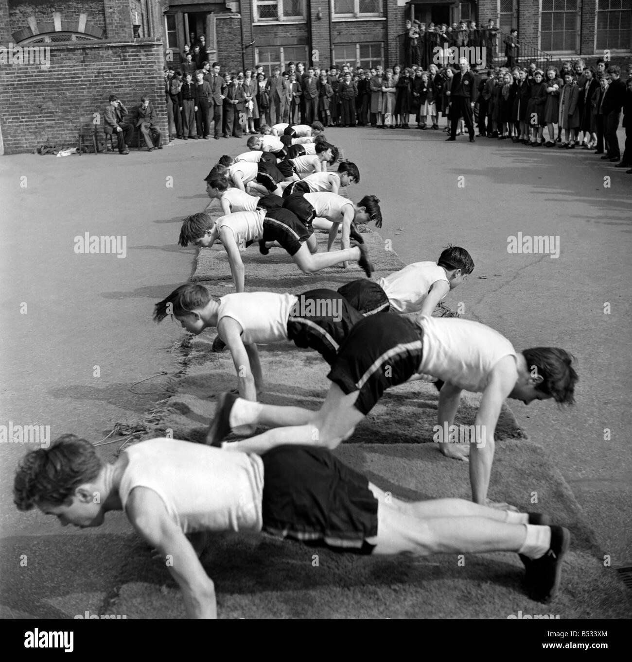 William Blake Secondary School, Battersea. Gymnastics. March 1952 C1257-001 - Stock Image