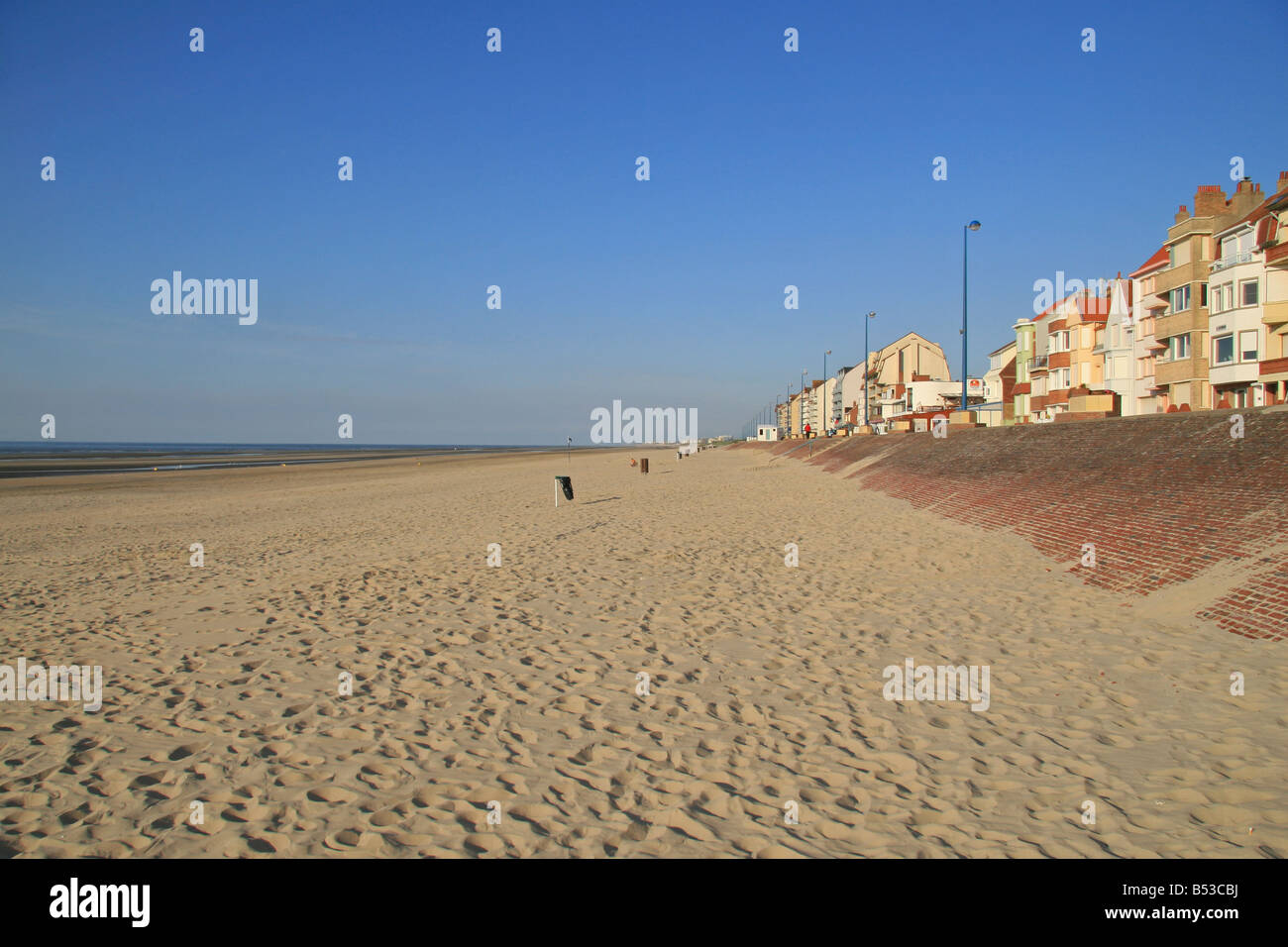 The view east (in direction of Belgium) along the beach at Dunkerque (Dunkirk), northern France. - Stock Image