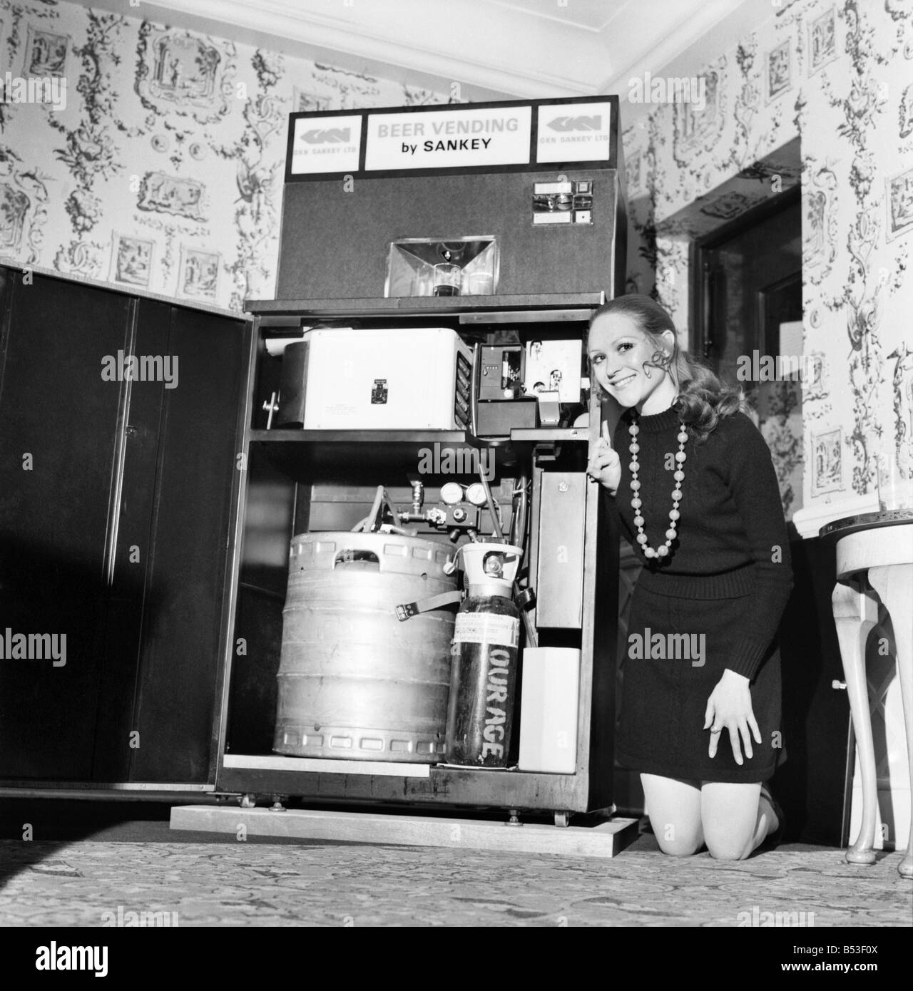 Inventions: Britain's first automatic refrigerated draught beer vending machine was demonstrated by the Brewery - Stock Image