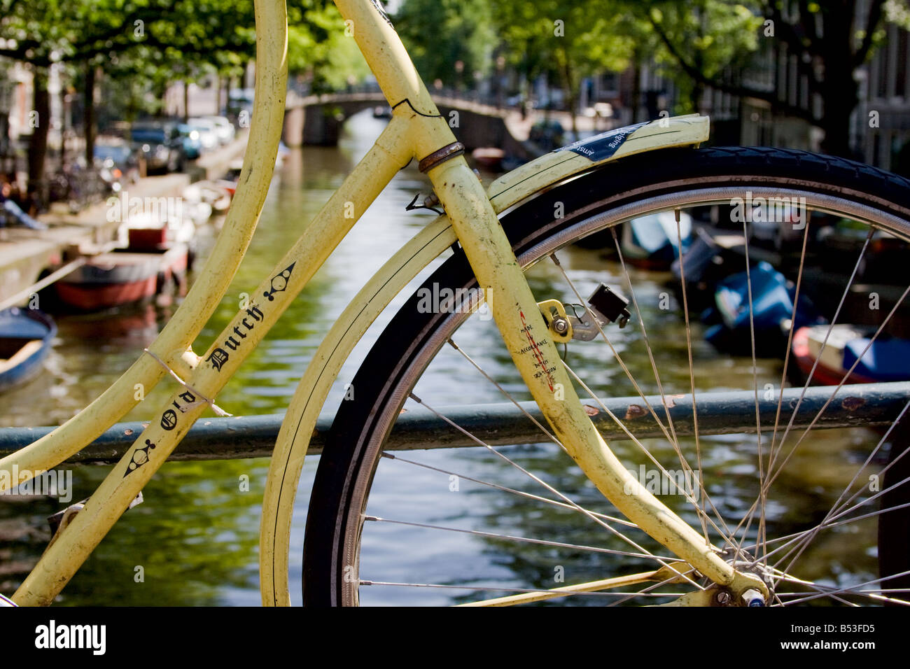A bicycle framing a view of a canal in Amsterdam - Stock Image