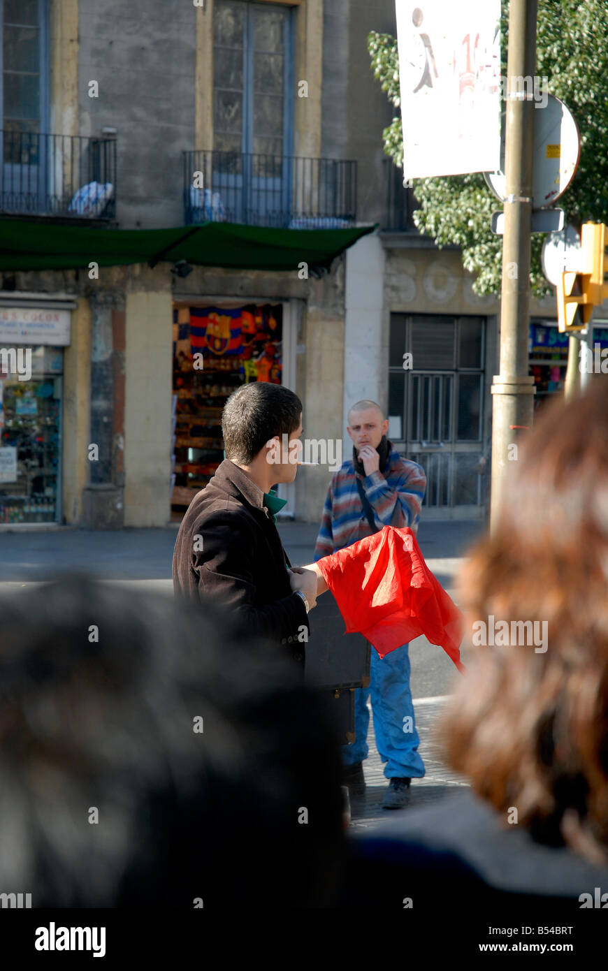 A magician perform live tricks on Las Ramblas - Stock Image