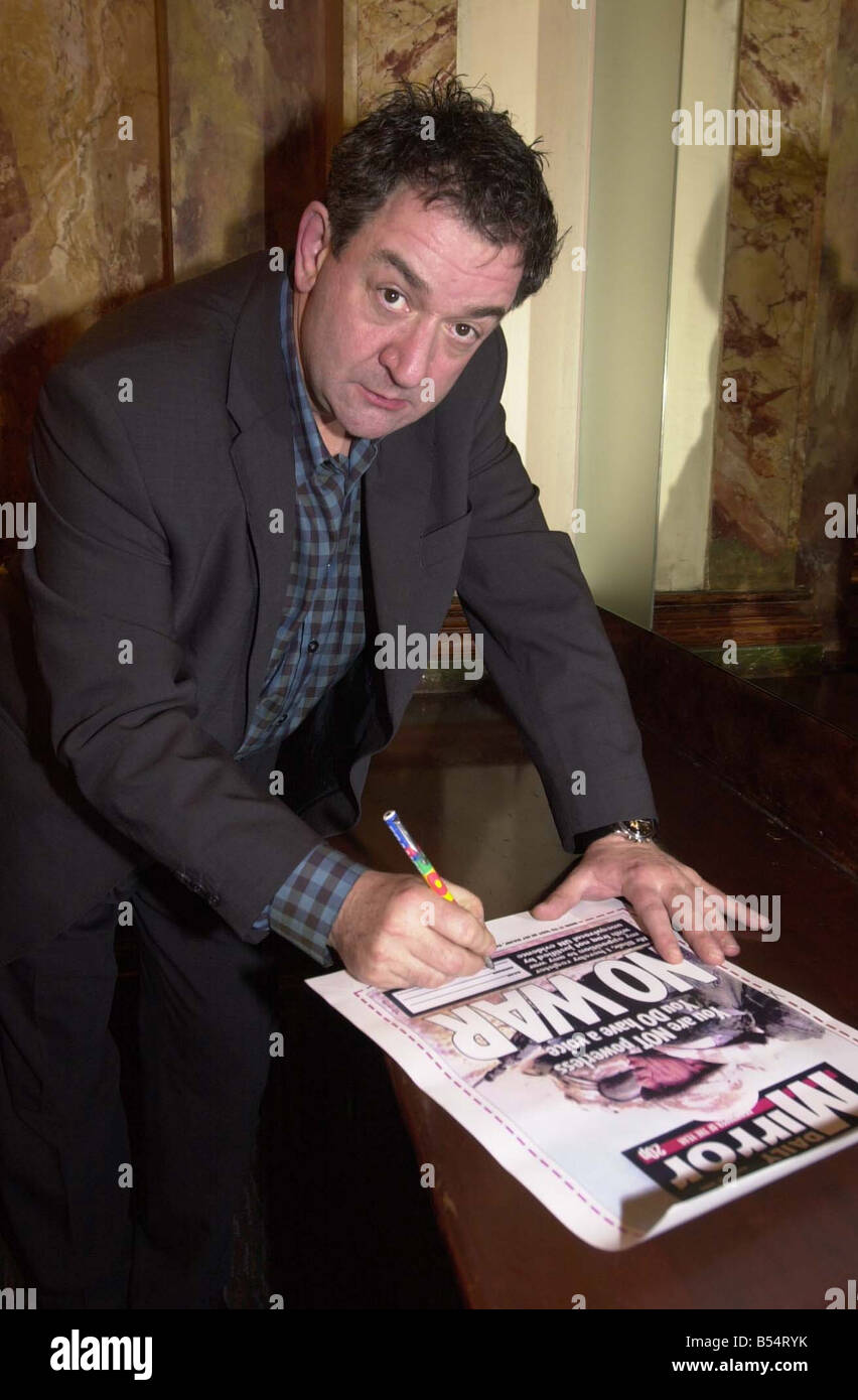 Daily Mirror Anti War Signature Campaign February 2003 SIGNING UP FOR THE DAILY MIRROR NO WAR CAMPAIGN IS ACTOR - Stock Image