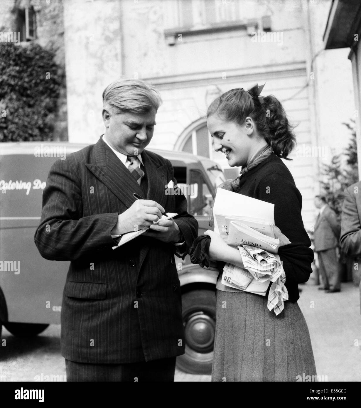 Labour Party Conference 1953: 18 years old Birmingham shop assistant Maisie Airey collects autographs of - Nye Bevan - Stock Image