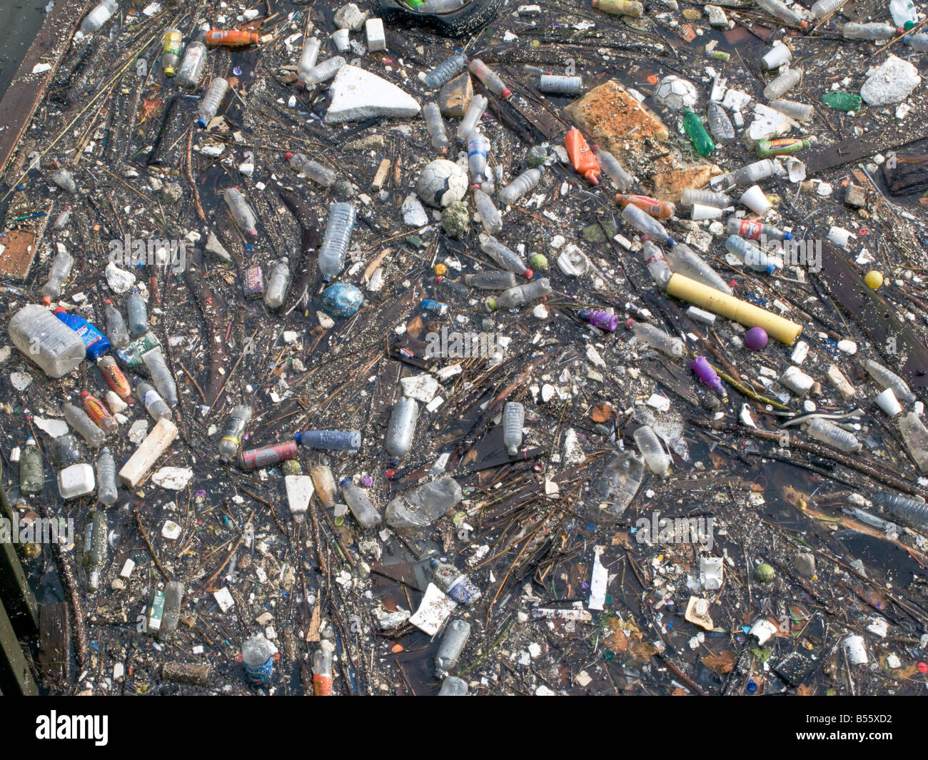 UK. Rubbish and pollution near Limehouse Basin by river Thames, London.Photo © Julio Etchart - Stock Image