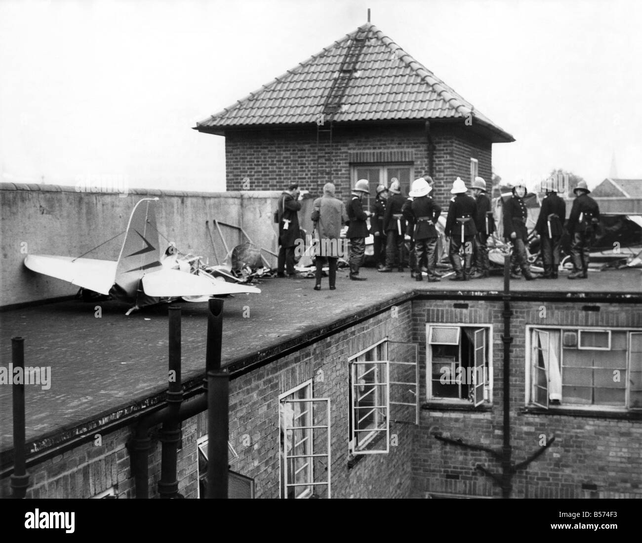 Accidents Air: Plane hits flats - two die. A plane crashed and exploded on Wednesday night (29.5.63) on the roof - Stock Image