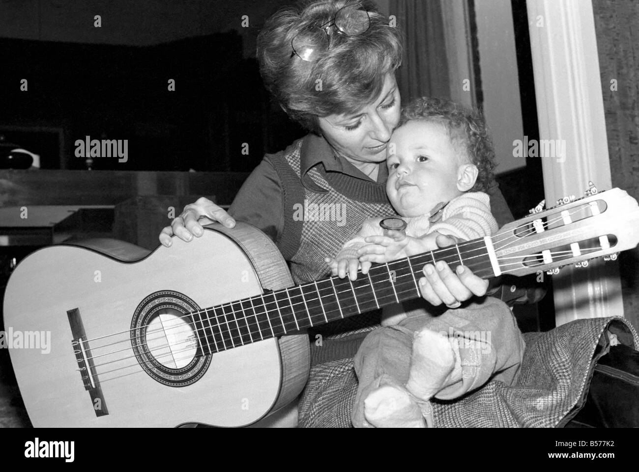 International singer star: Caterina Valente serenades her son. February 1975 75-00827-003 - Stock Image