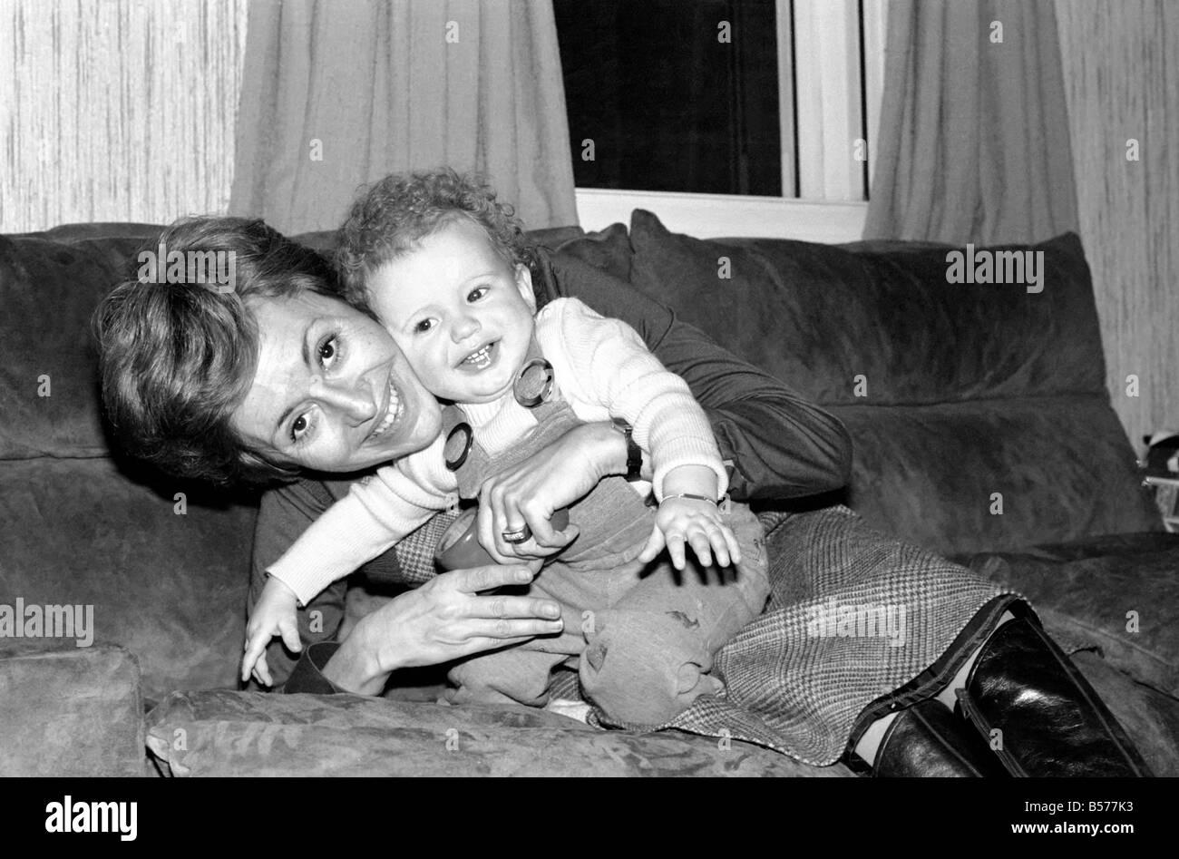 International singer star: Caterina Valente serenades her son. February 1975 75-00827-004 - Stock Image