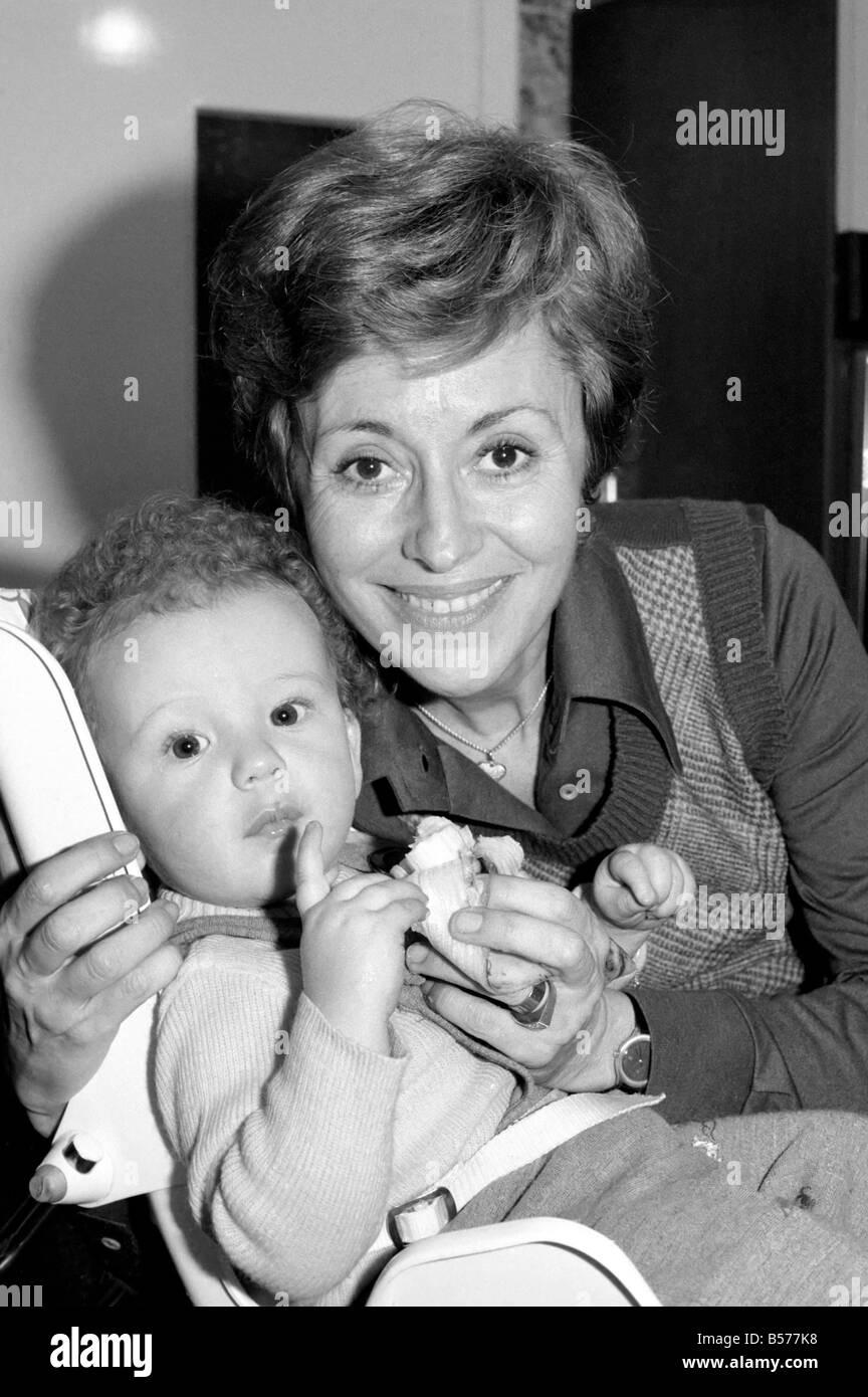 International singer star: Caterina Valente serenades her son. February 1975 75-00827-006 - Stock Image