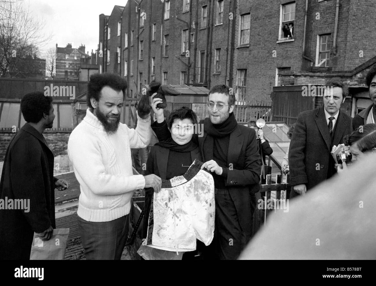 John Lennon And Yoko Pictured On The Roof Of Black House In Holloway Stock Photo Alamy