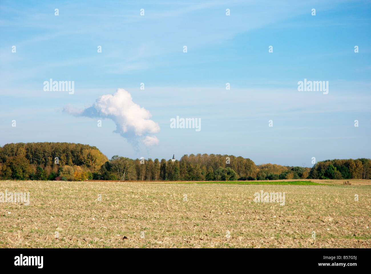 Vapor cloud over the nuclear power station of Avoine near Chinon (France) - Stock Image