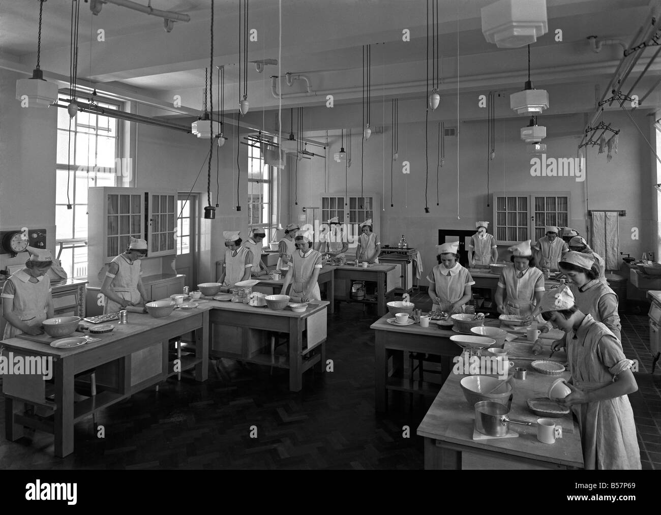 Domestic science class for girls in the 1950s at a secondary school in Leicester, England, c. 1955 Stock Photo