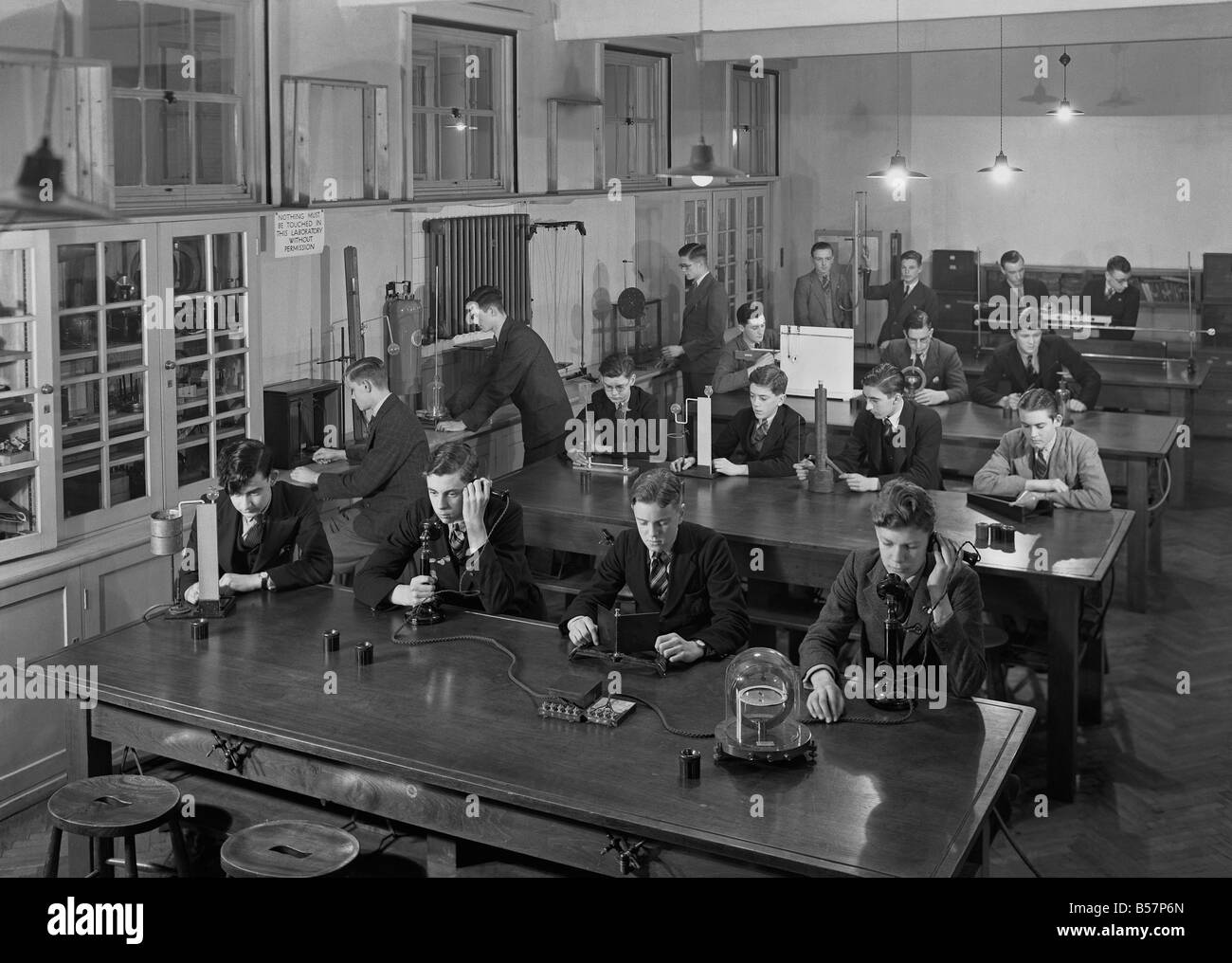 The physics laboratory at a school in Leicester, England, c. 1955 - Stock Image