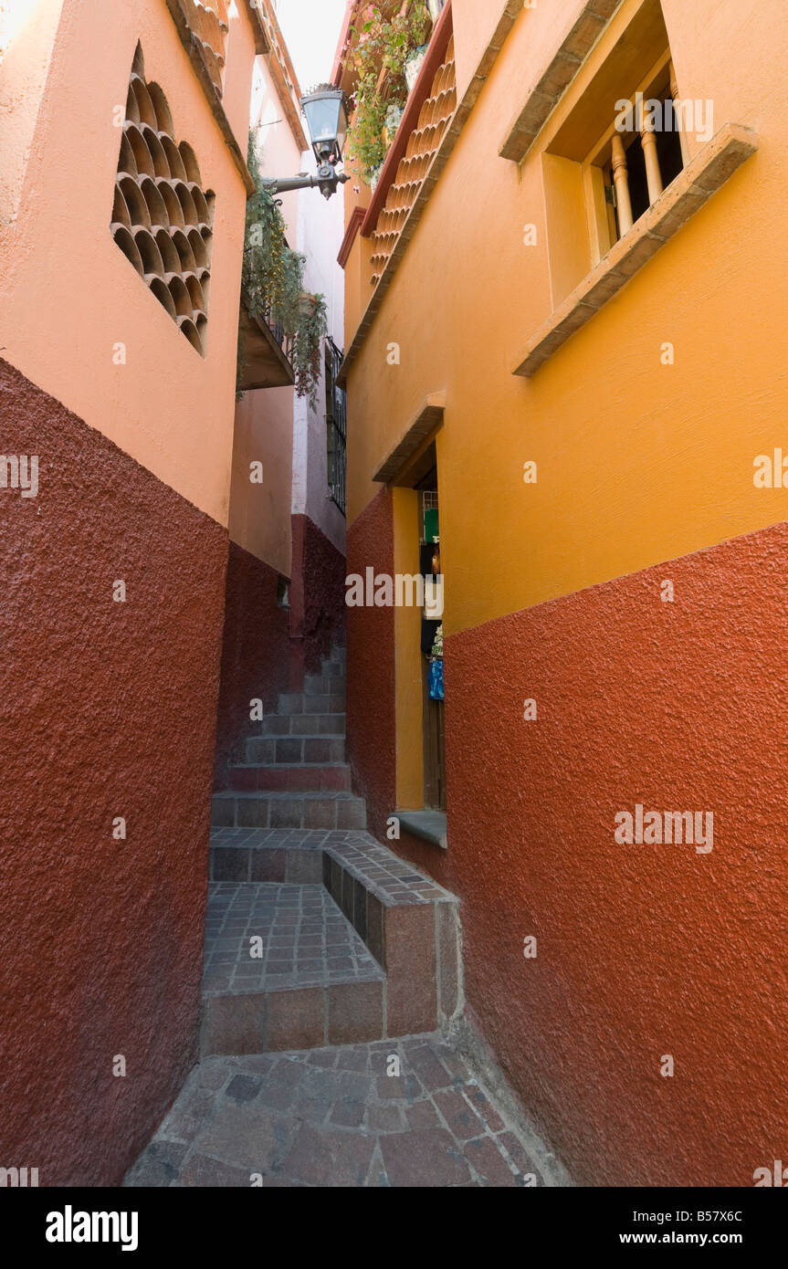 Callejon del Beso so named because of the close balconies of the two houses, Guanajuato, Guanajuato State, Mexico - Stock Image