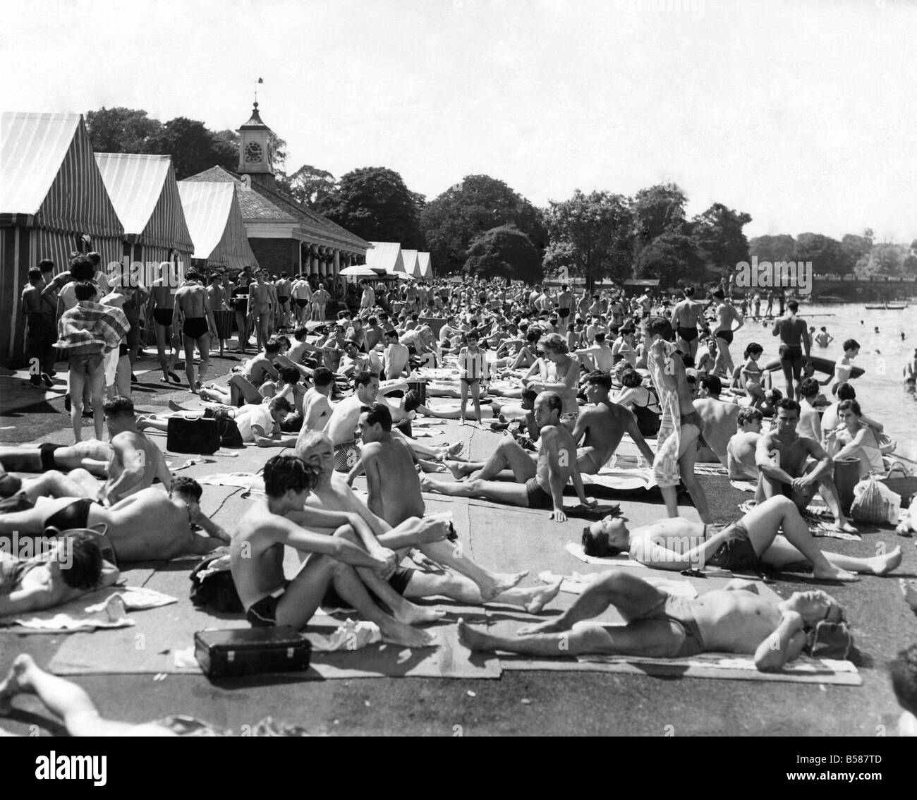 Summer: Weather Hot. The lido, Hyde Park, was Crowded with swimmers and Sun-Bathers this afternoon- as the London - Stock Image