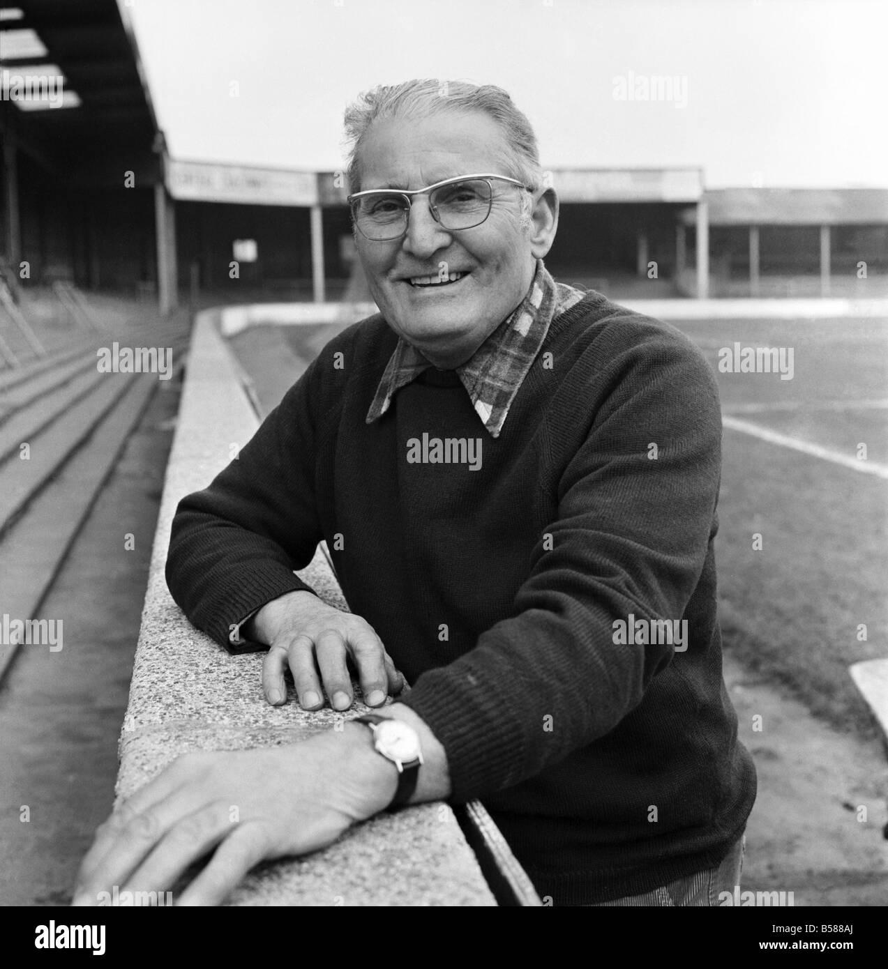 Old man/Grounds man/Humour. January 1975 75-00466-001 - Stock Image