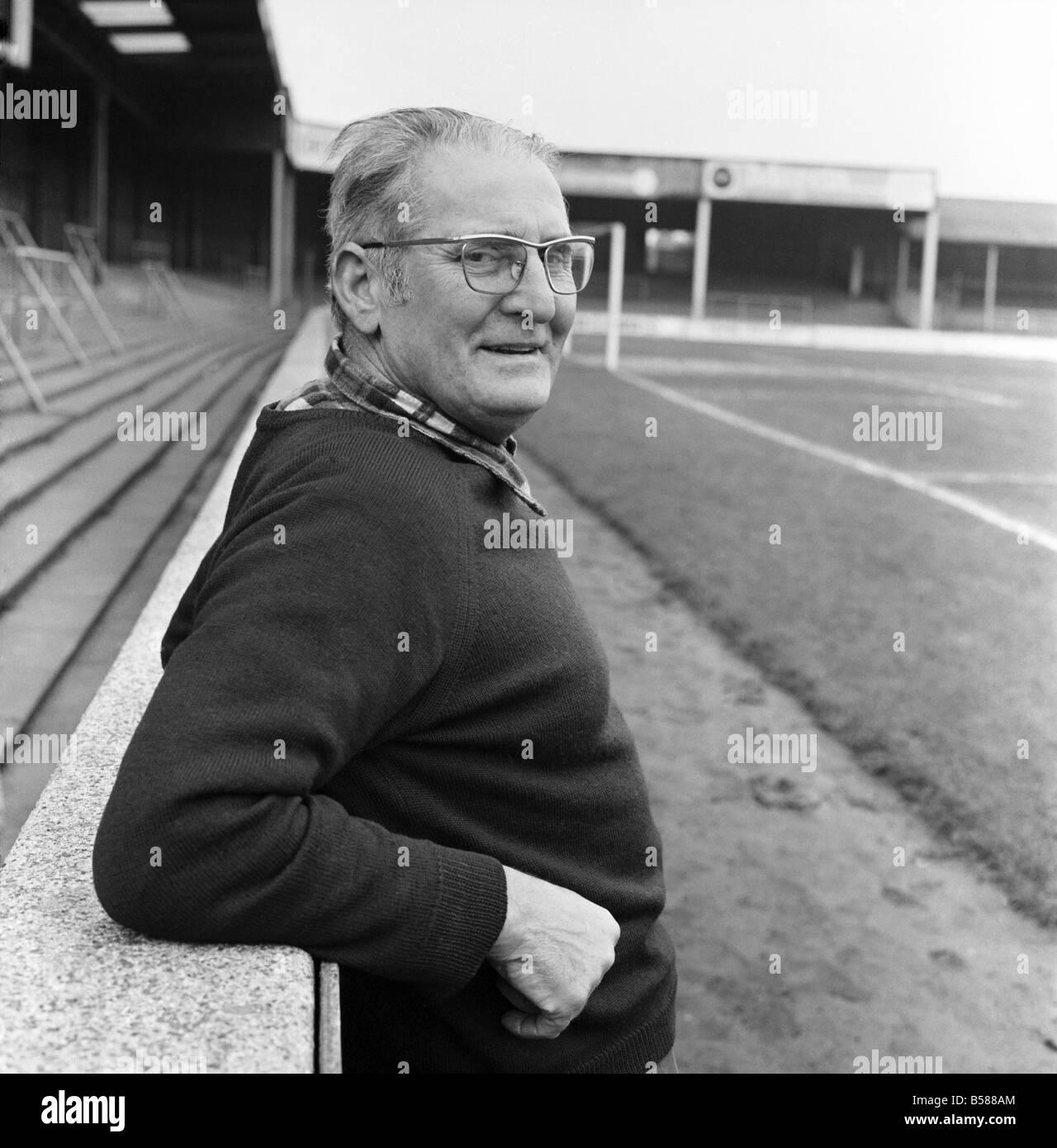 Old man/Grounds man/Humour. January 1975 75-00466-002 - Stock Image