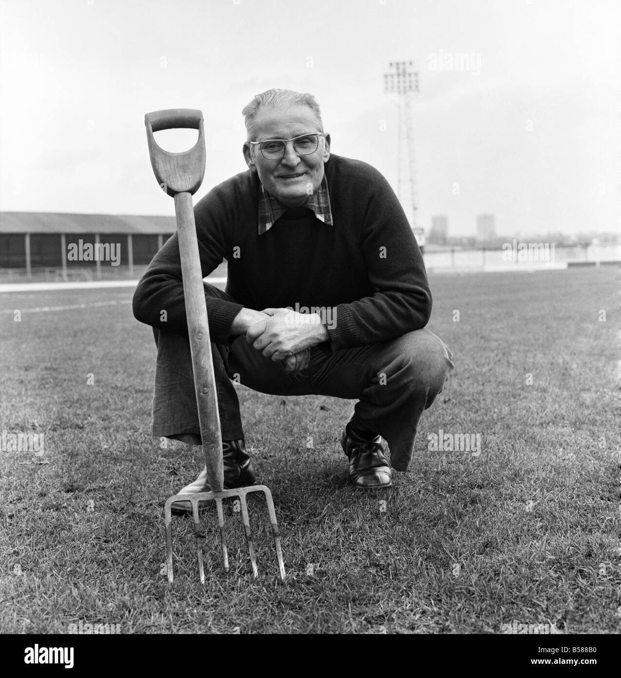 Old man/Grounds man/Humour. January 1975 75-00466-005 - Stock Image