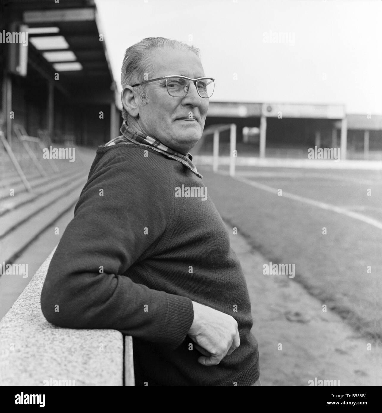 Old man/Grounds man/Humour. January 1975 75-00466 - Stock Image