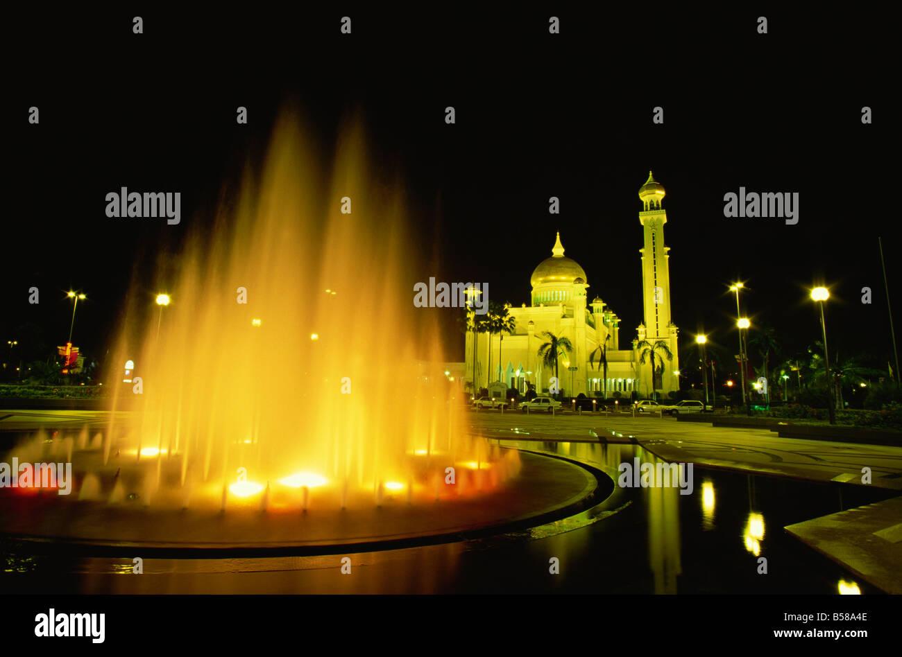 The Omar Ali Saifuddin Mosque built in 1958, dominates the skyline, Bandar Seri Begawan, Brunei Darussalam, Borneo, - Stock Image