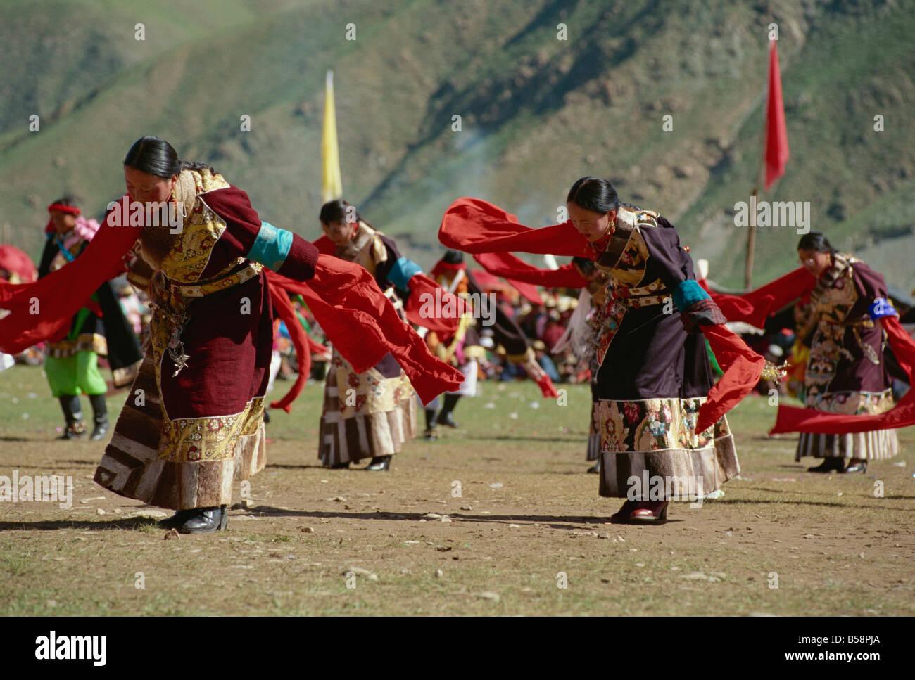 Tibetans dancing Yushu Qinghai China Asia - Stock Image