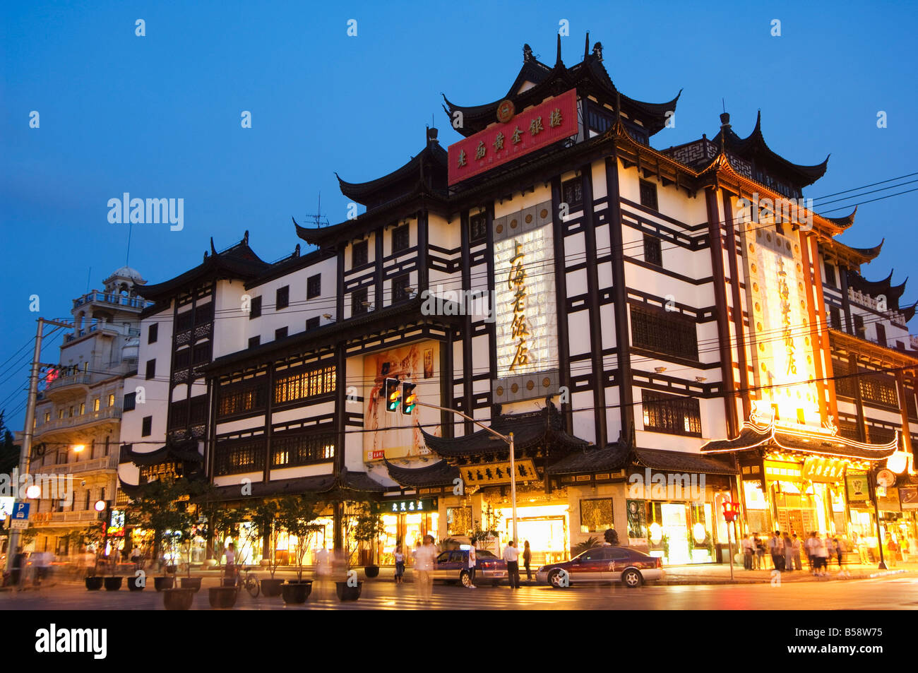 Yuyuan Garden Bazaar buildings founded by Ming dynasty Pan family illuminated in the Old Chinese city district, - Stock Image