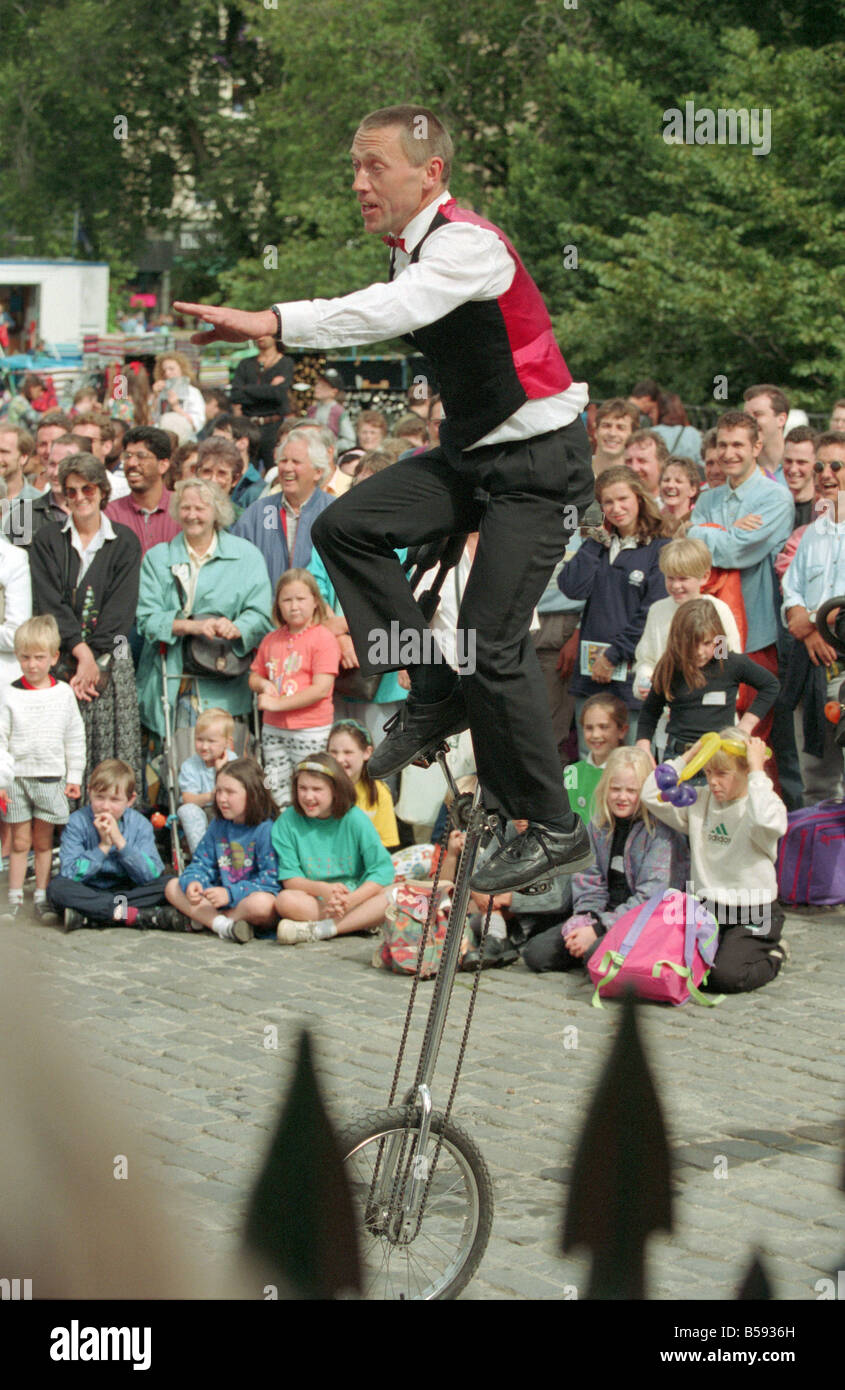 Edinburgh Festival Fringe and street performers at the foot of the mound - Stock Image