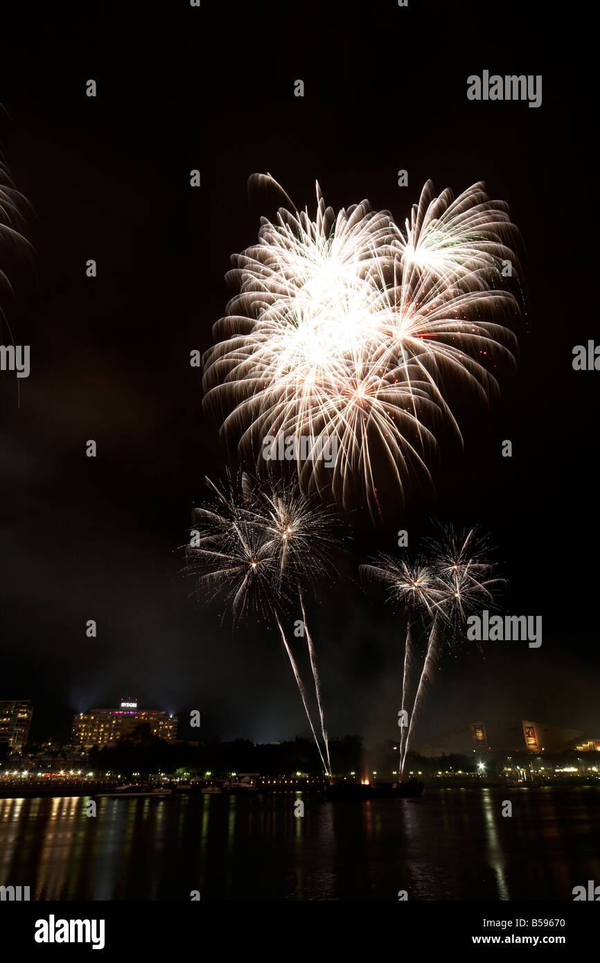 Fireworks with reflections in the Brisbane River at night New Year s Eve 2006 in Brisbane Queensland QLD Australia - Stock Image