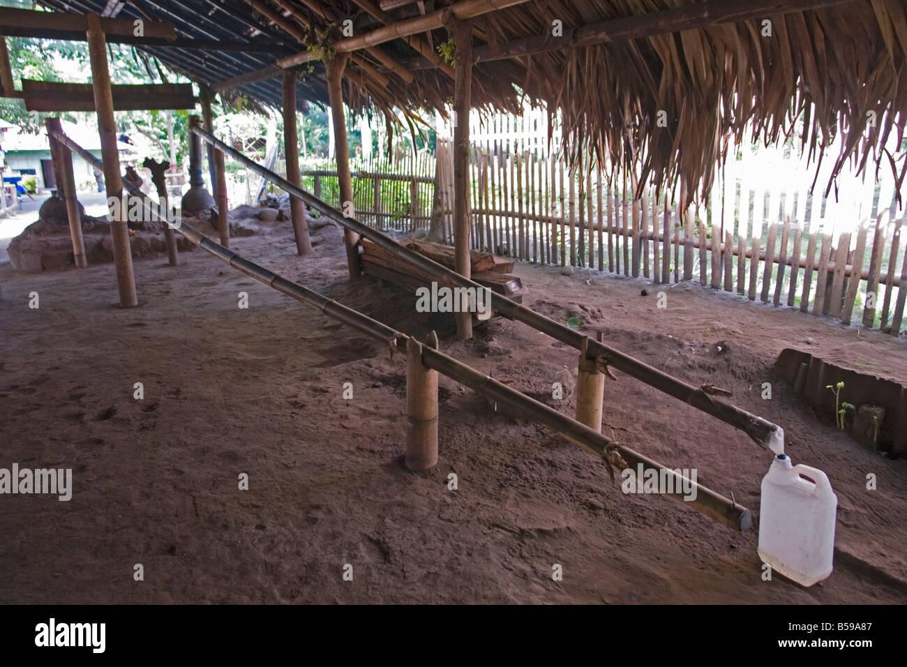 A cottage industry in Flores: the Arak processing (Indonesia). Une distillerie artisanale d' Arak à Florès - Stock Image