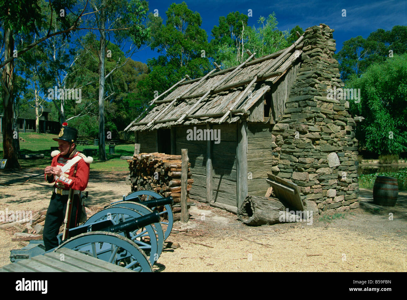 Soldier and cabin in Sovereign Hill, the re-creation of an 1860s gold mining township near Ballarat, Victoria, Australia - Stock Image