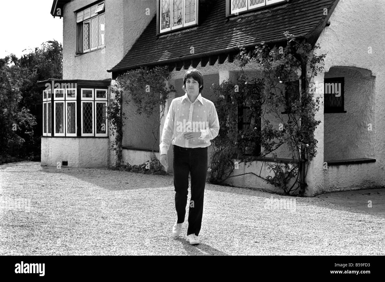 beatles singer paul mccartney relaxing in the grounds of. Black Bedroom Furniture Sets. Home Design Ideas
