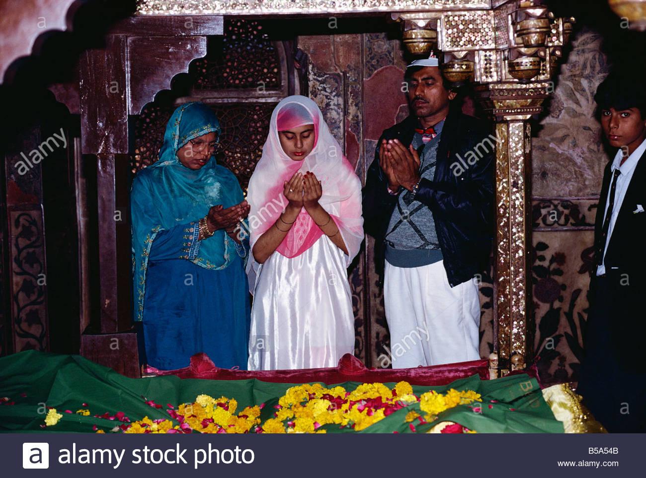 Muslims praying in the tomb of Shaikh Salim Chishti, Fatehpur Sikri, Uttar Pradesh, India - Stock Image