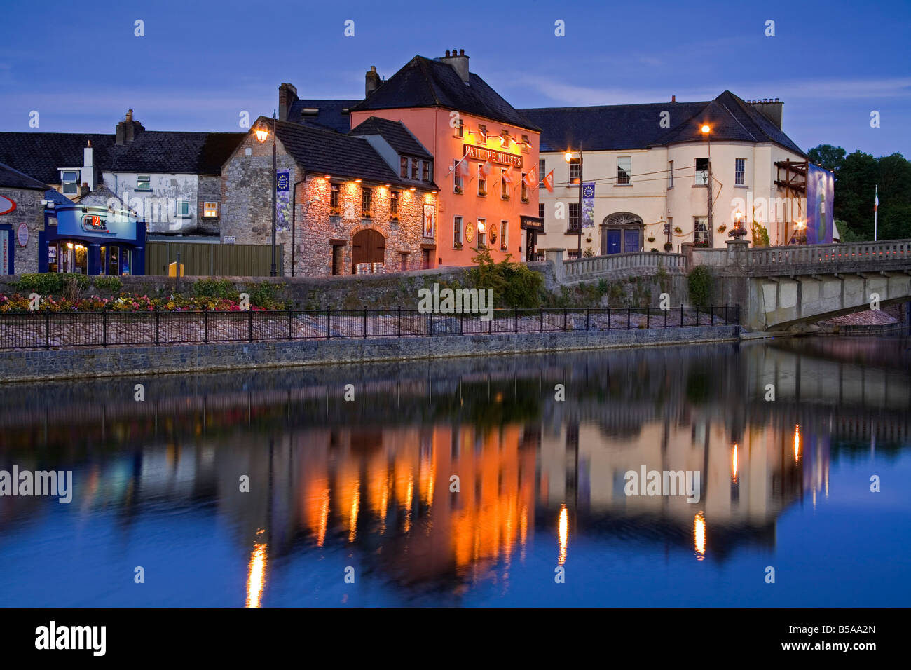 John's Quay and River Nore, Kilkenny City, County Kilkenny, Leinster, Republic of Ireland, Europe - Stock Image