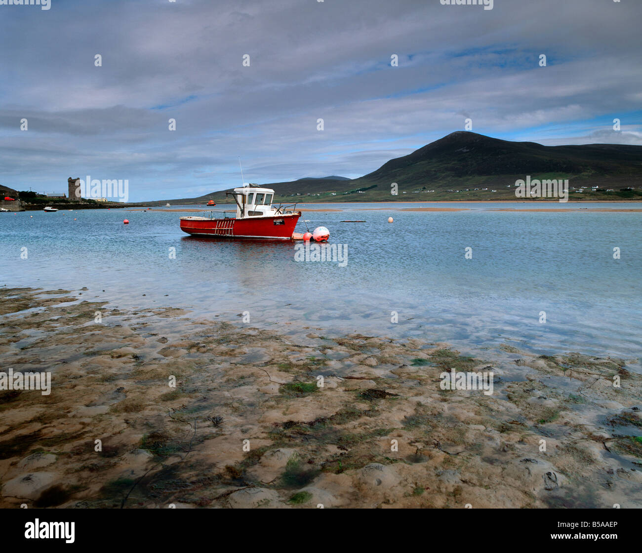 Red boat in Achill Sound at low tide, Achill Island, County Mayo, Connacht, Republic of Ireland, Europe - Stock Image