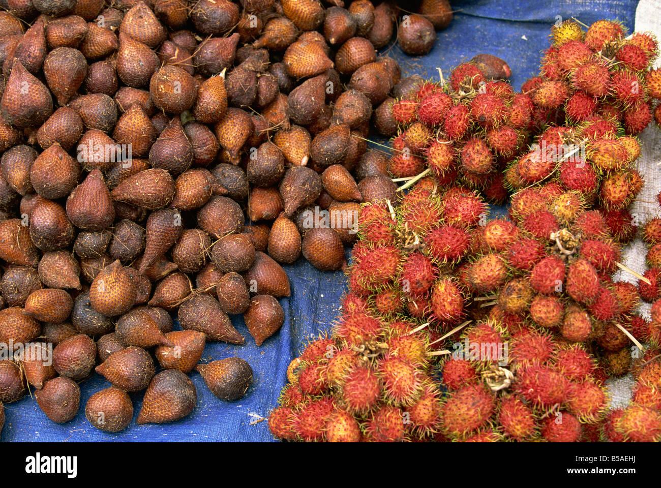 Salak and rambutan, the snakeskin and hairy tropical fruits in the market, Haranggaol, Lake Toba, Sumatra, Indonesia, - Stock Image
