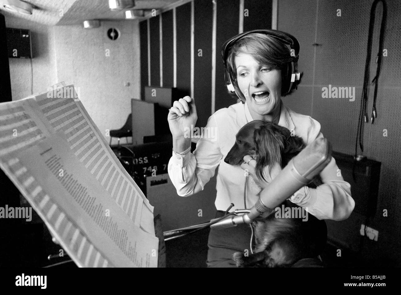 Actress Penelope Keith makes a record about a Dachsund dog. June 1980 80-03067-004 - Stock Image