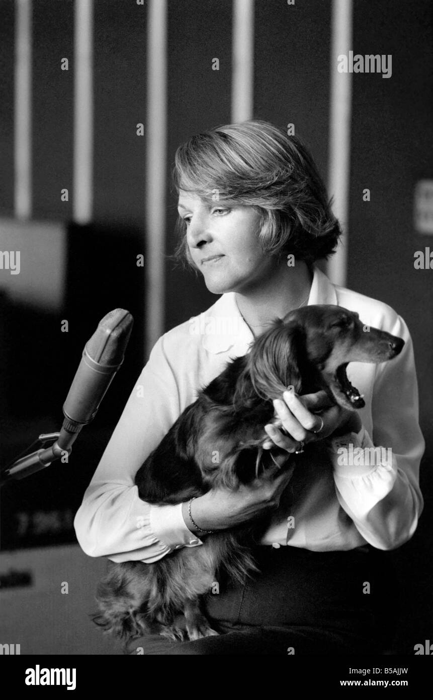 Actress Penelope Keith makes a record about a Dachsund dog. June 1980 80-03067 - Stock Image
