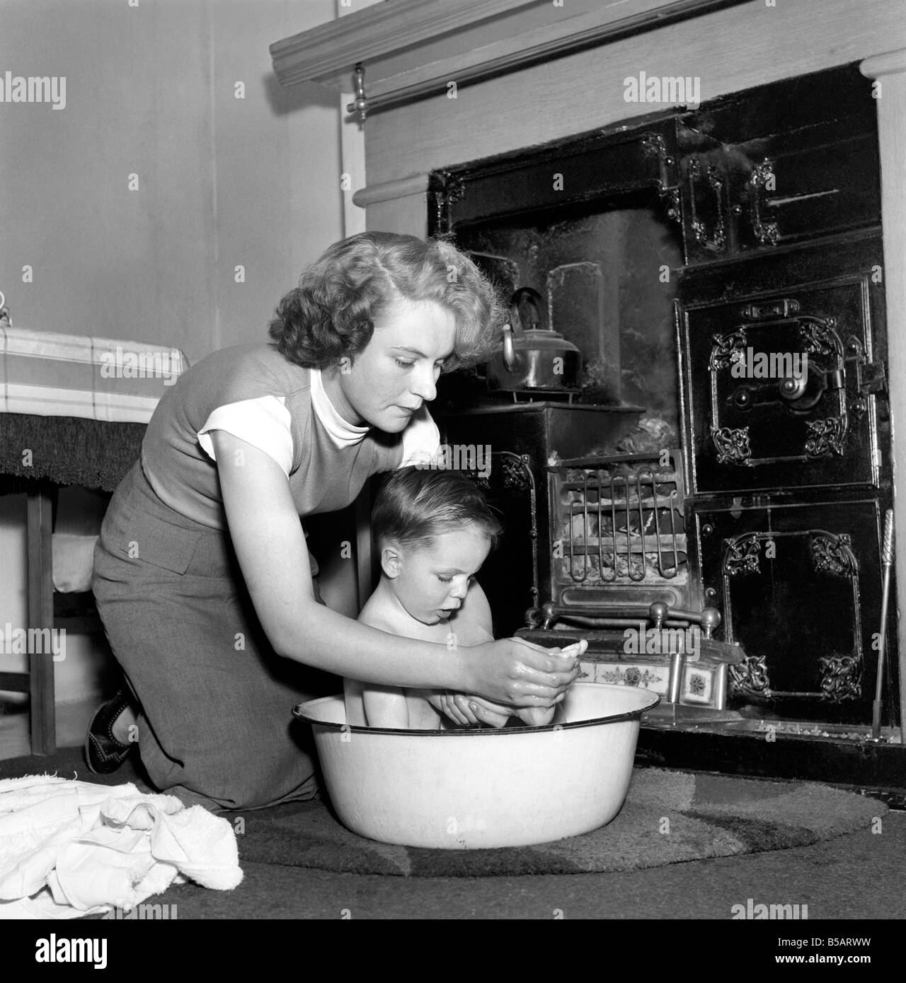 Family life: Mrs. Hull seen here bathing her son before giving him tea. 1954 A160-005 - Stock Image
