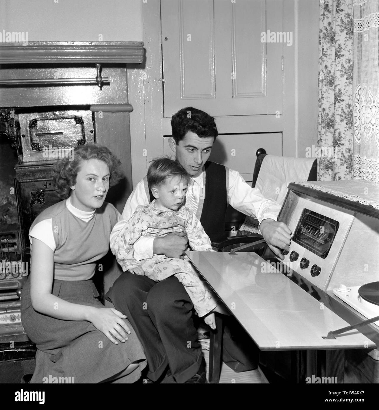 Family life: Mr. and Mrs. Hull with their son. 1954 A160-009 - Stock Image