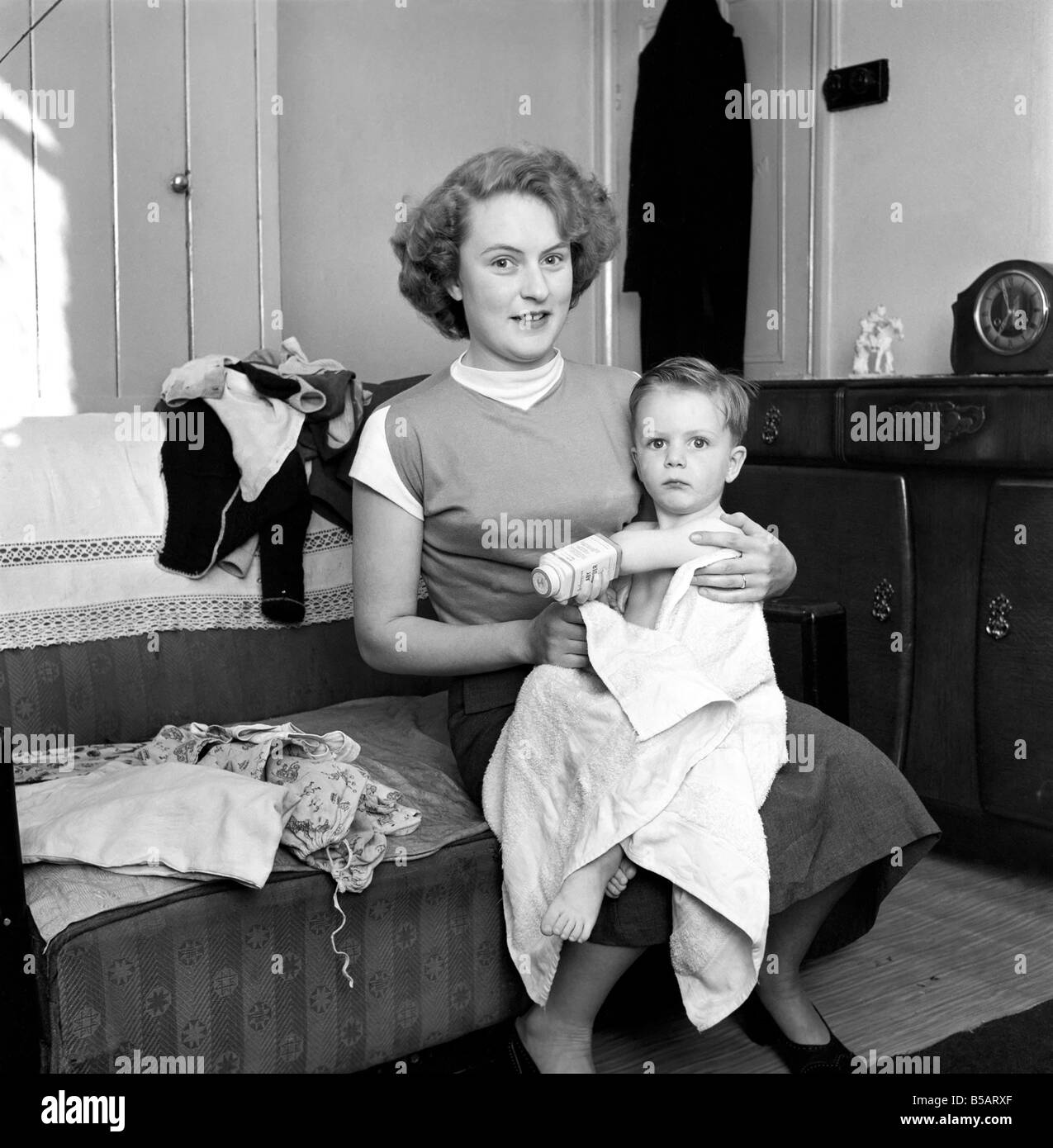 Family life: Mrs. Hull with her son after his bath. 1954 A160 - Stock Image