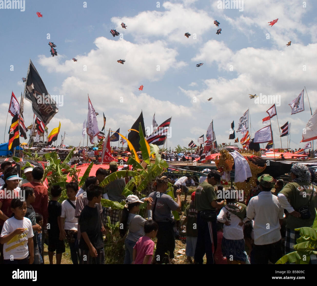 Balinese villagers flying their kites at the annual Layang-Layang kite festival in Tanah Lot Bali, Indonesia - Stock Image