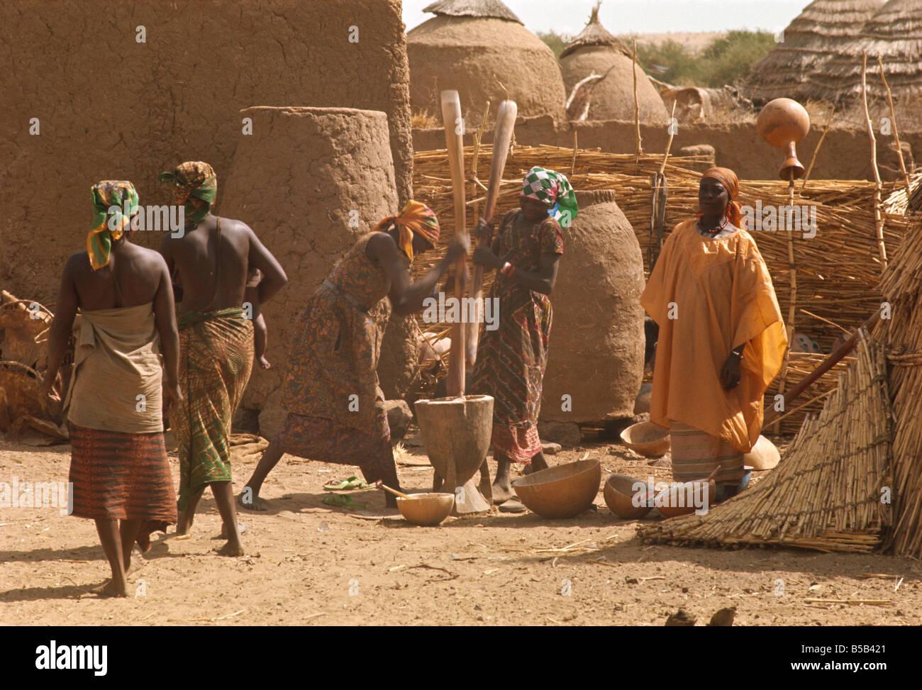 Women pounding millet at Abalak, Niger, West Africa, Africa - Stock Image