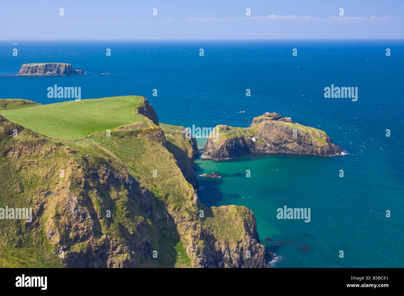Carrick-a-rede rope bridge to Carrick Island, Larrybane Bay, Ballintoy, Ballycastle, County Antrim, Ulster, Northern Stock Photo