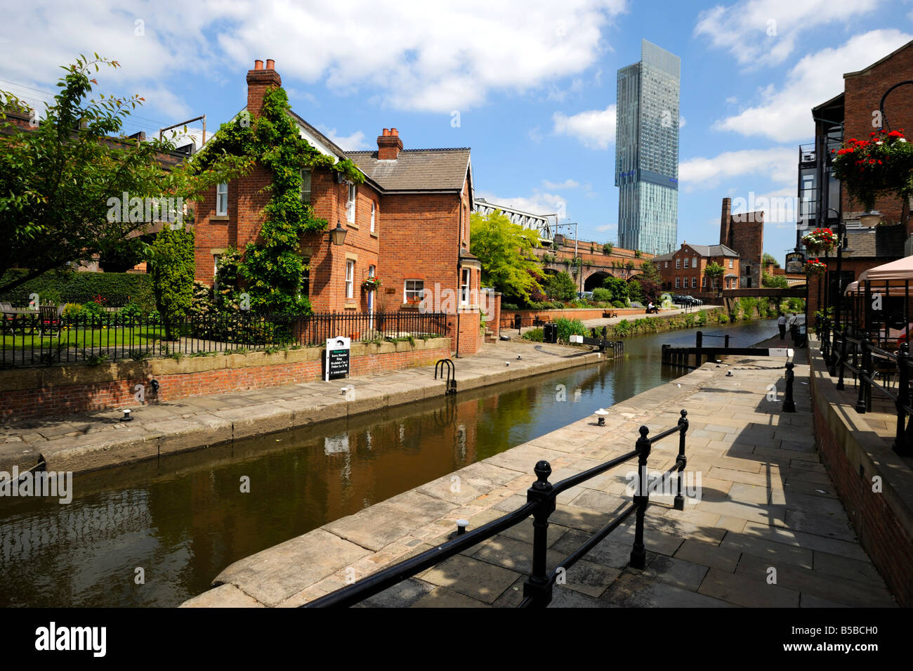 Canal and lock keepers cottage at Castlefield with the Beetham Tower in the background, Manchester, England, Europe - Stock Image